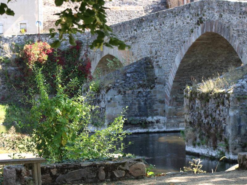 Pont roman dans le village